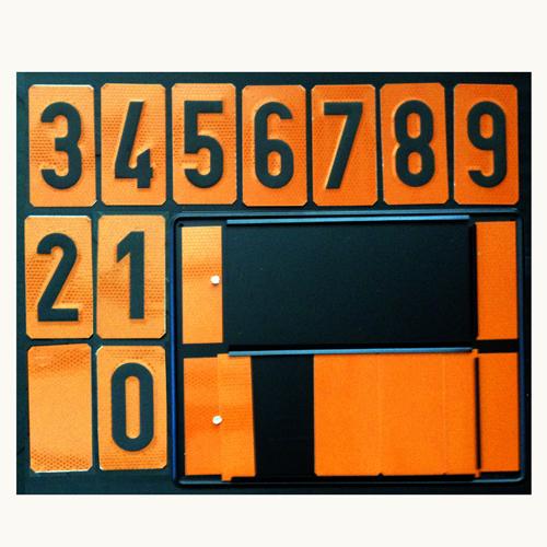 Panel naranja con números intercambiables